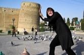 عکس: عکس یادگاری گردشگر خارجی با ارگ کریمخان
