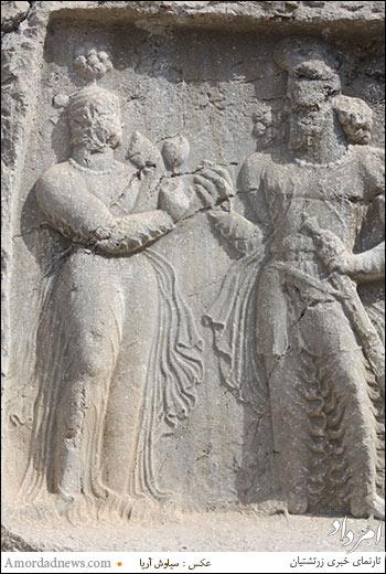 به گمان بسیار بهرام دوم ساسانی که گلی را به همسر و ملکه ایران میدهد.