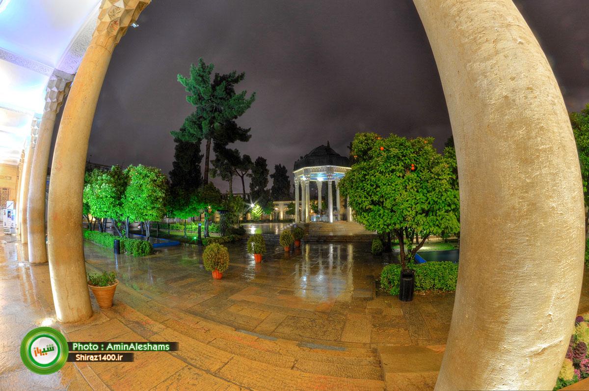 آرامگاه حافظ در شبی بارانی