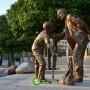 مجسمه مرد کهنسال و پسر نوجوان