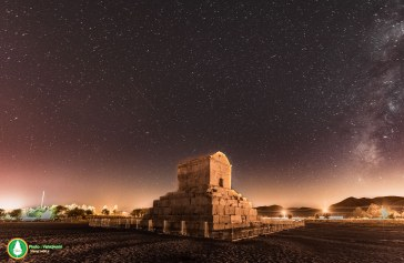 عکس : آرامگاه کوروش بزرگ در بارش شهابی دیشب