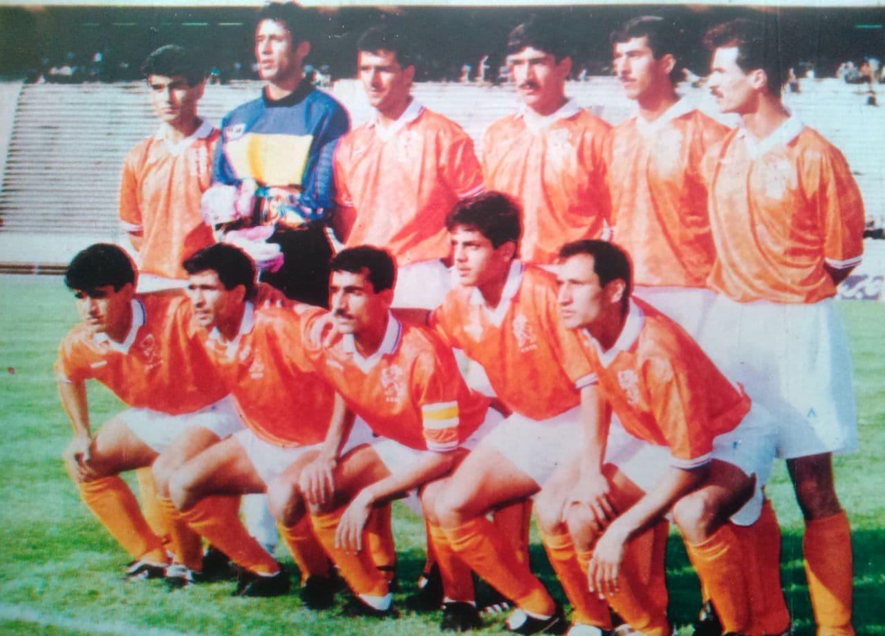برق شیراز با این ترکیب و با تک گل داریوش یزدانی استقلال را در اولین هفته لیگ ۱۳۷۴ در تهران شکست داد. علی اصغر کلانتری سرمربی کنونی فجر در آن زمان کاپیتان برق بود. از این تیم یزدانی به همراه محسن رنجبران و علی میرزااستواری به تیم ملی زمان مایلیکهن دعوت شدند.